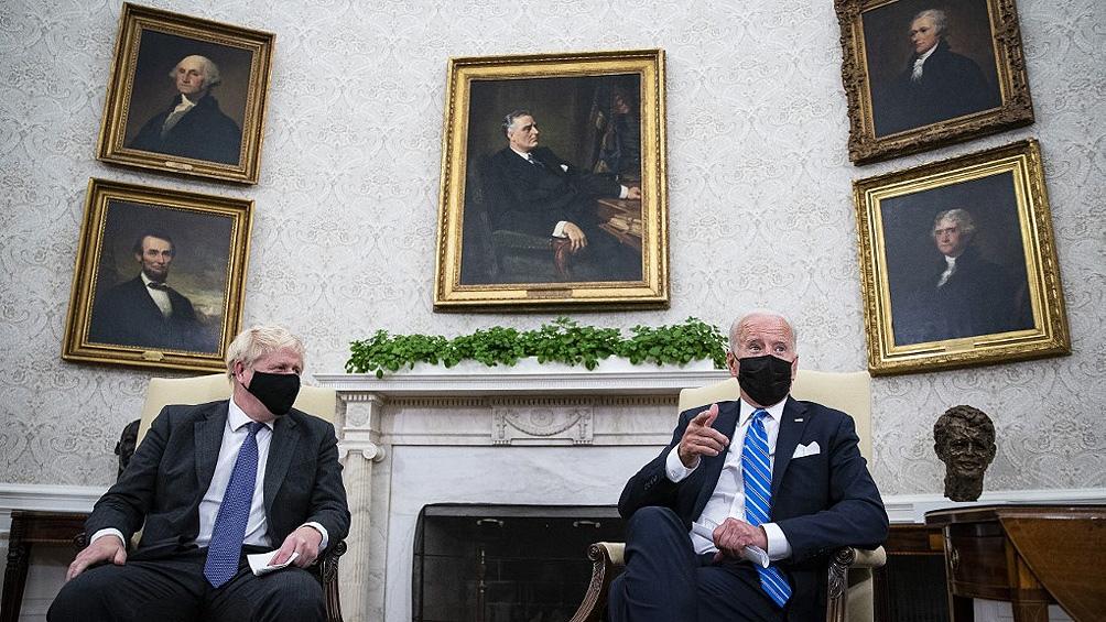Biden y Johnson celebraron su cuestionado acuerdo militar en la Casa Blanca
