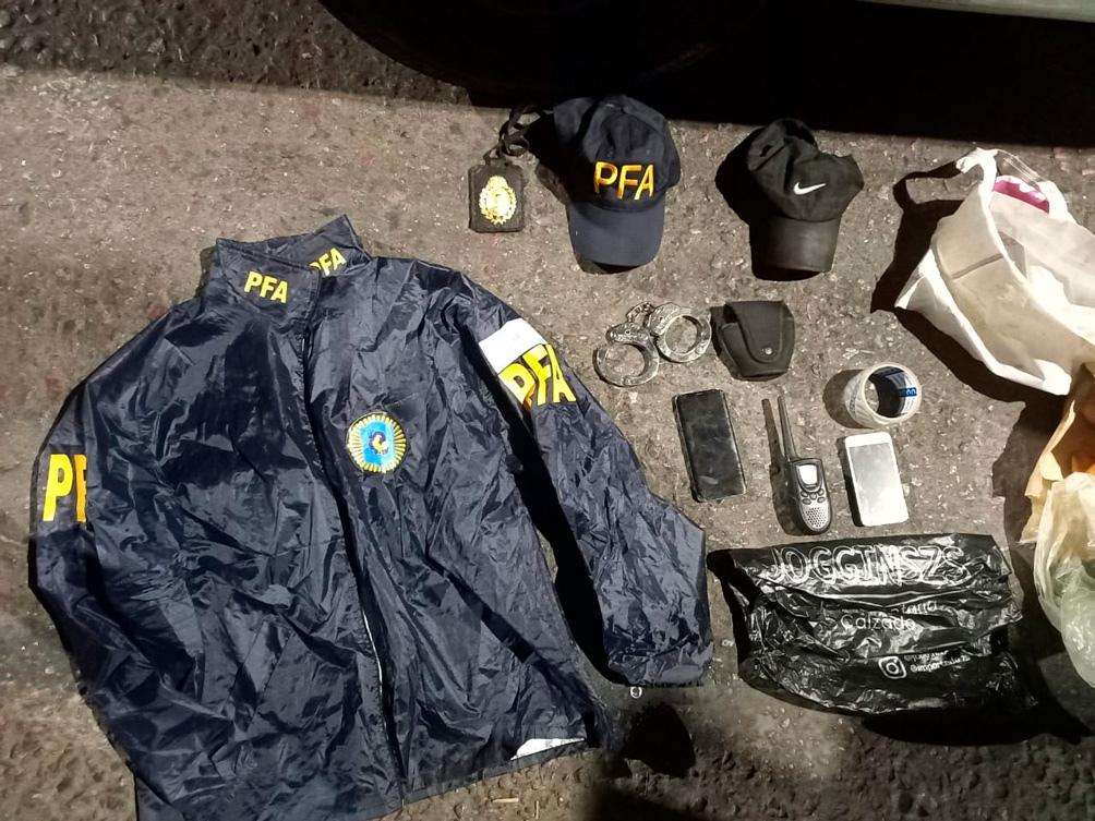 Los delincuentes poseían equipamiento similar al de la policía.