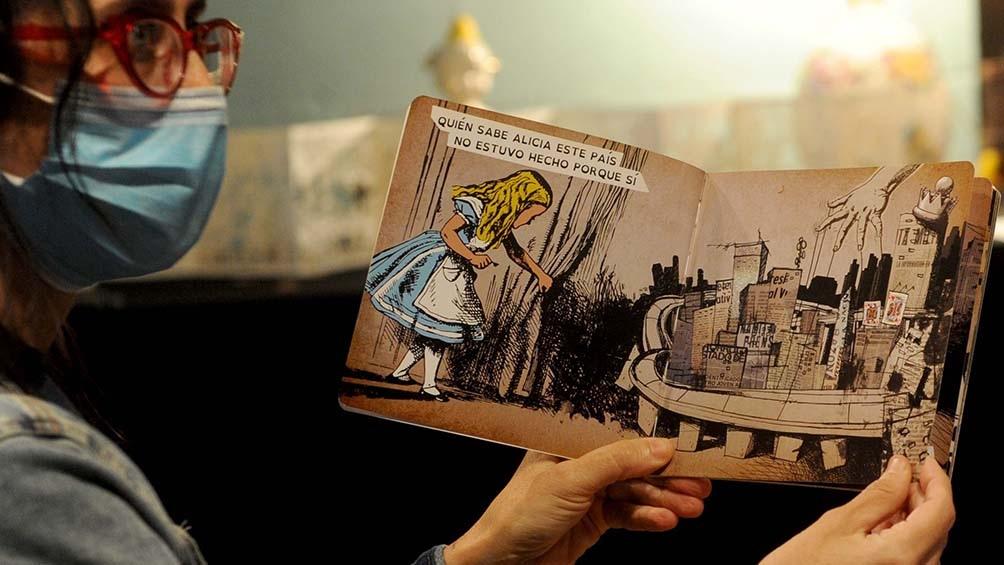 Los tesoros de una docente al alcance de quien quiera disfrutarlos en una biblioteca de La Plata. Foto: Eva Cabrera.