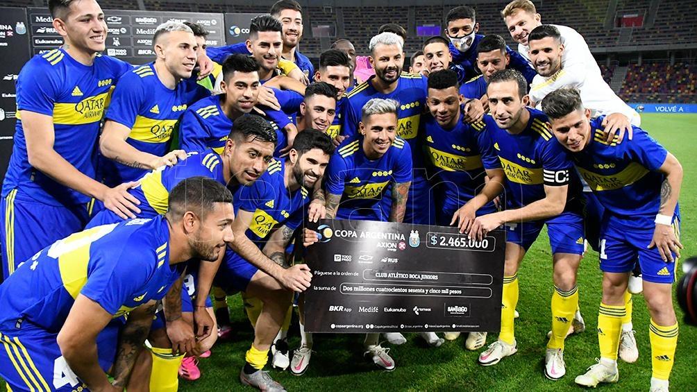 El plantel de Boca posando con el tradicional cheque (Foto: Emilio Rapetti).