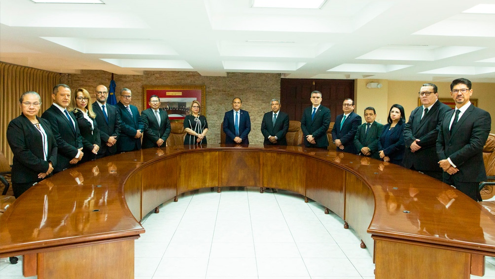 En un comunicado, la Corte indicó que el decreto en cuestión obliga al cese de 216 funcionarios judiciales a nivel nacional
