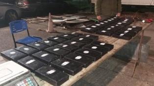 Secuestran 43 kilos de cocaína en una camioneta y detienen a cuatro personas