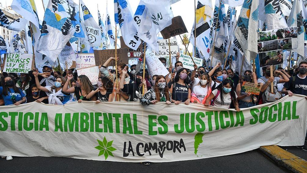 """La bandera que encabezó la marcha llevó la leyenda """"Justicia ambiental es justicia social"""". Foto: Raúl Ferrari"""