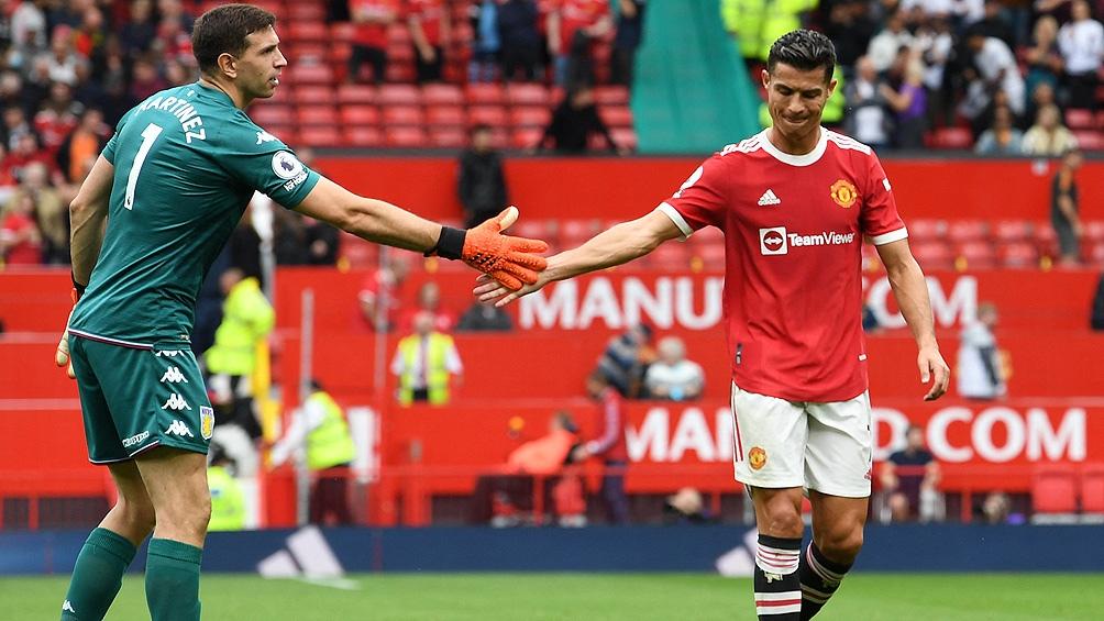 Martínez y Cristiano Ronaldo, al final del duelo entre el Aston Villa y el United. Foto: AFP