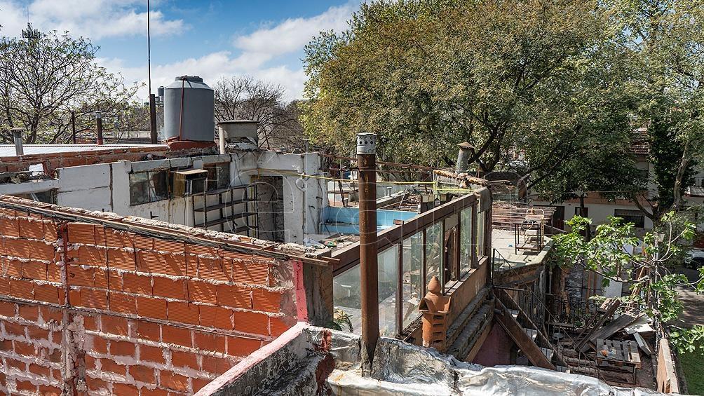 Esta semana comenzaron los trabajos de demolición de la vivienda, con el retiro de las aperturas de hierro y madera y luego la destrucción de los techos y paredes. Foto: Mateos Pepe
