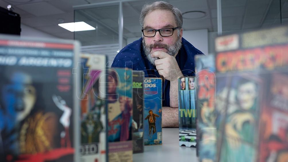"""Pablo Conde es coleccionista y organizador del ciclo de cine """"Generación VHS"""" que se realizó en 2010 en el MALBA. Redujo su tesoro a 200 videos, """"los más importantes"""". (Foto: Victoria Gesualdi)"""