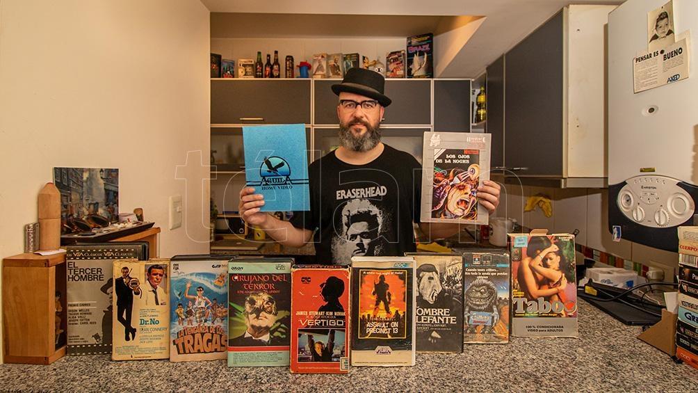 Emilio Valencia, de Ushuaia, llegó a tener más de 1.000 películas en VHS. Por una cuestión de espacio, tuvo reducir su colección a 60 videos. Posee tres videocaseteras. (Foto: Cristian Urrutia)