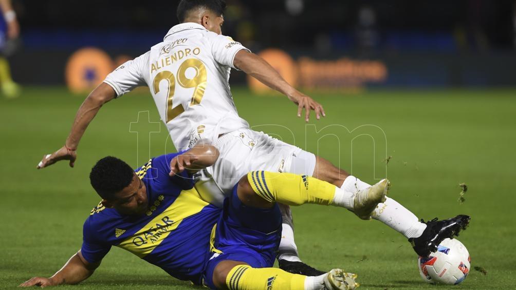 Fabra y Aliendro disputan la pelota (Foto: Maximiliano Luna).
