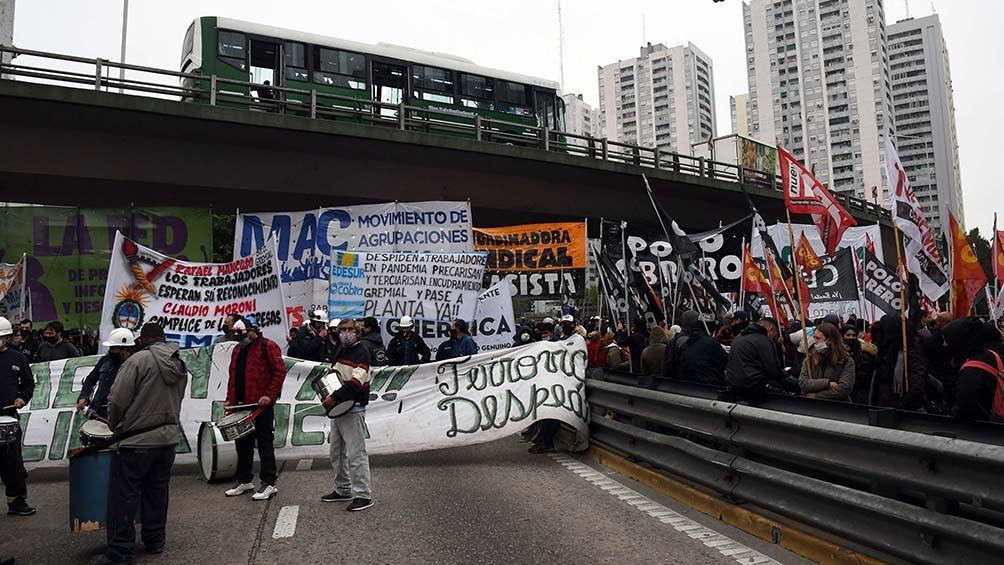 """Los manifestantes solicitan una """"mesa de diálogo"""" con los ministerio de Trabajo de Nación y a provincia de Buenos Aires que destrabe el conflicto."""