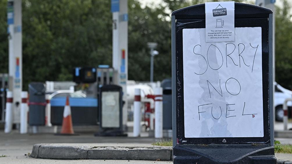 En West Sussex, al sur de Inglaterra, dos grupos de hombres se enfrentaron violentamente durante la espera para cargar nafta. Foto: AFP