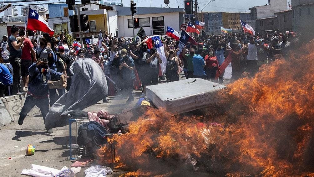 Una marcha antiinmigración en Iquique finalizó con manifestantes quemando carpas. (Foto: AFP)