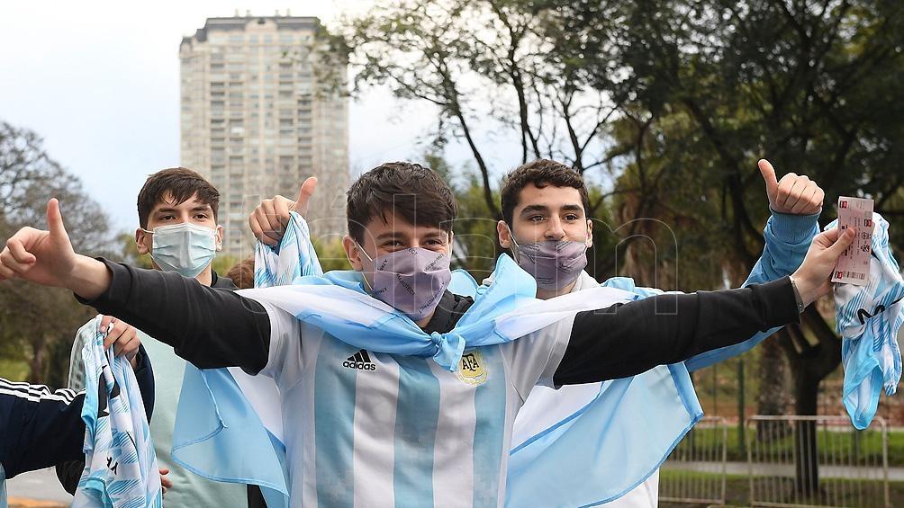 Los mayores de 18 años deberán tener al menos una dosis para ingresara los estadios (Foto Ramiro Gómez).