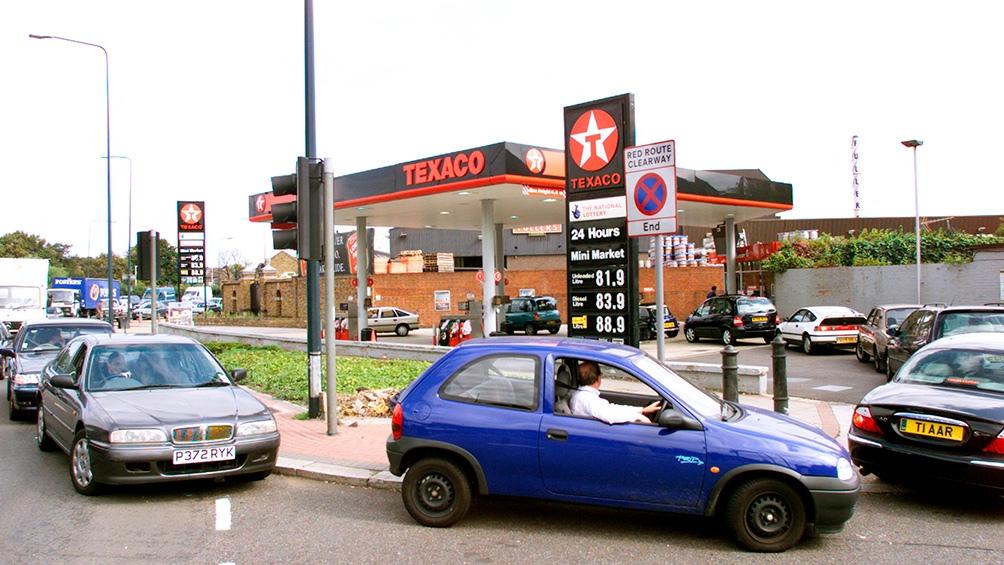 Caos y violencia en las estaciones de servicio británicas ante la escasez de combustible