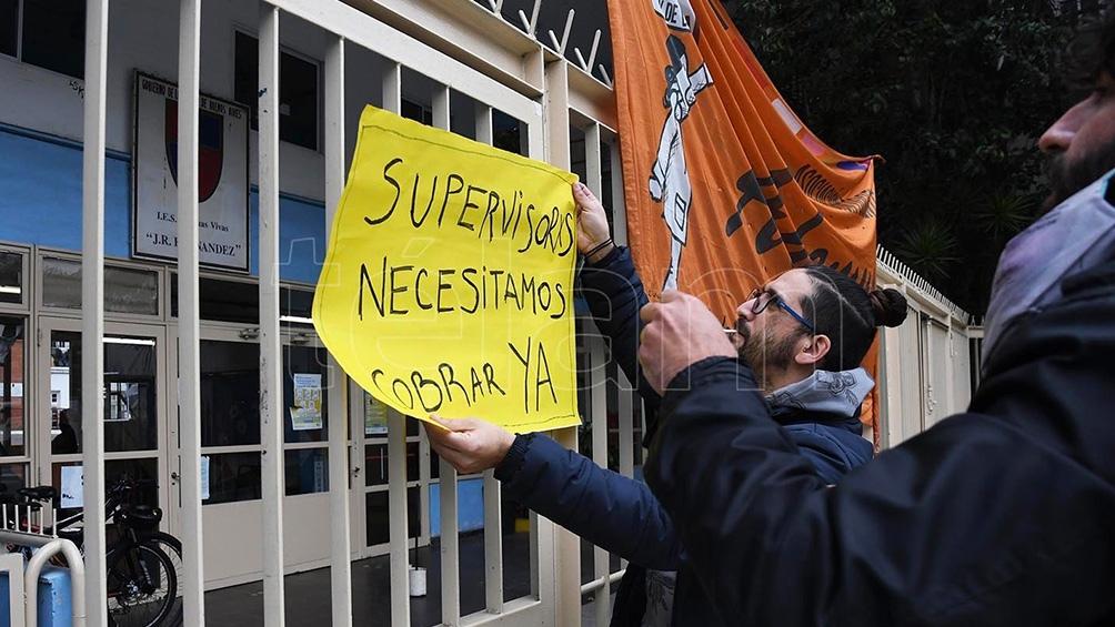 La protesta se desarrolló en la sede de la institución educativa, ubicada en Carlos Pellegrini 1515. Foto: Gustavo Amarelle.