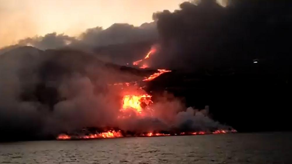 La cascada de lava continuaba cayendo al océano Atlántico por la costa oeste de La Palma.