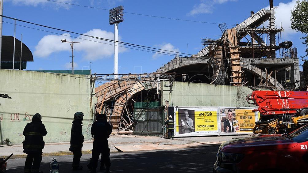 """""""Se cayó un sector de madera sobre la calle Avellaneda que estaba siendo rellenado con hormigón"""". Foto: Pablo Añeli"""