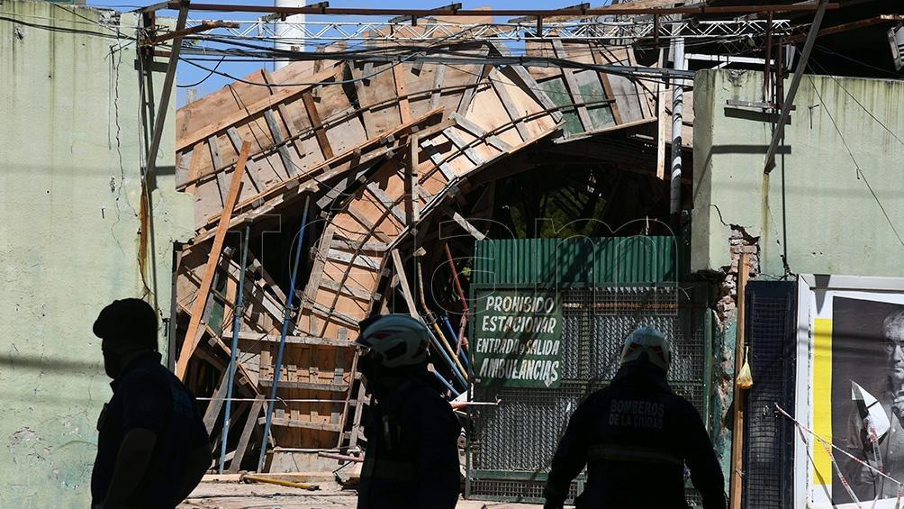 Una persona resultó con heridas leves mientras otros cuatro trabajadores lograron salir del lugar antes de que se desplomara la estructura. Foto: Pablo Añeli