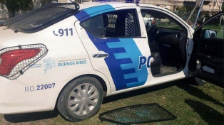Policías fueron a un barrio por la muerte de una mujer y les desvalijaron el patrullero