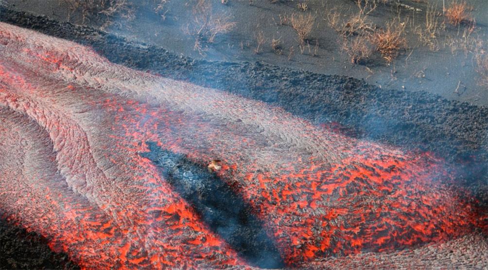 Esta nueva colada se suma a la lava que sigue acumulándose en el Océano Atlántico, formando una vasta plataforma de magma, cuya superficie supera las 20 hectáreas y no deja de crecer. Foto: Captura @Involcan (Twitter).