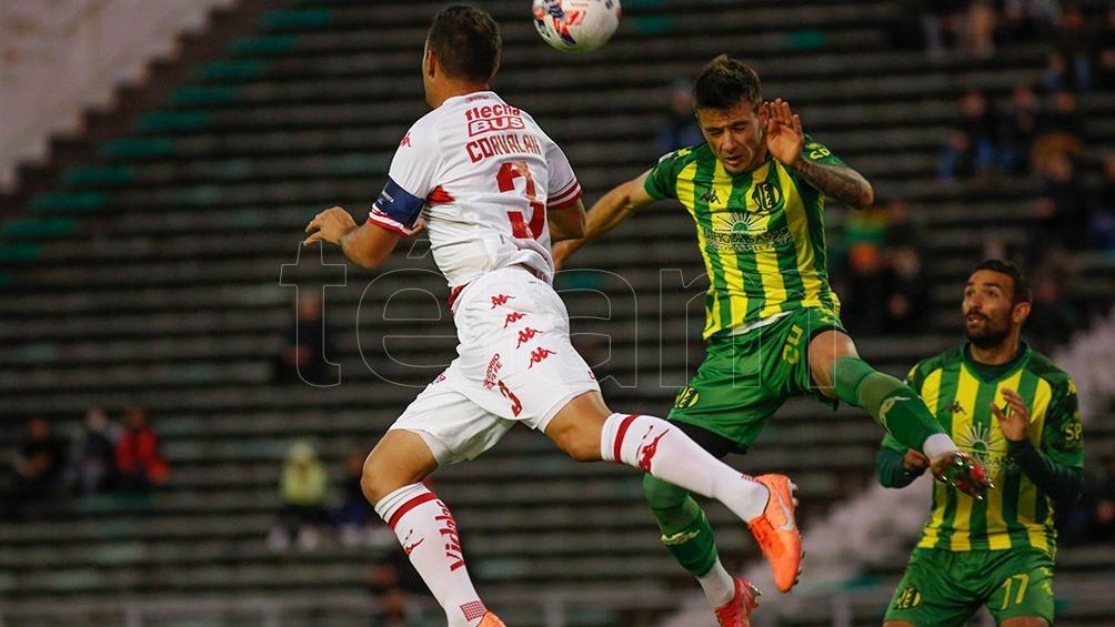 El frentazo de Malcom Braida que anuncia el gol de Aldosivi. (Foto: Diego Izquierdo)