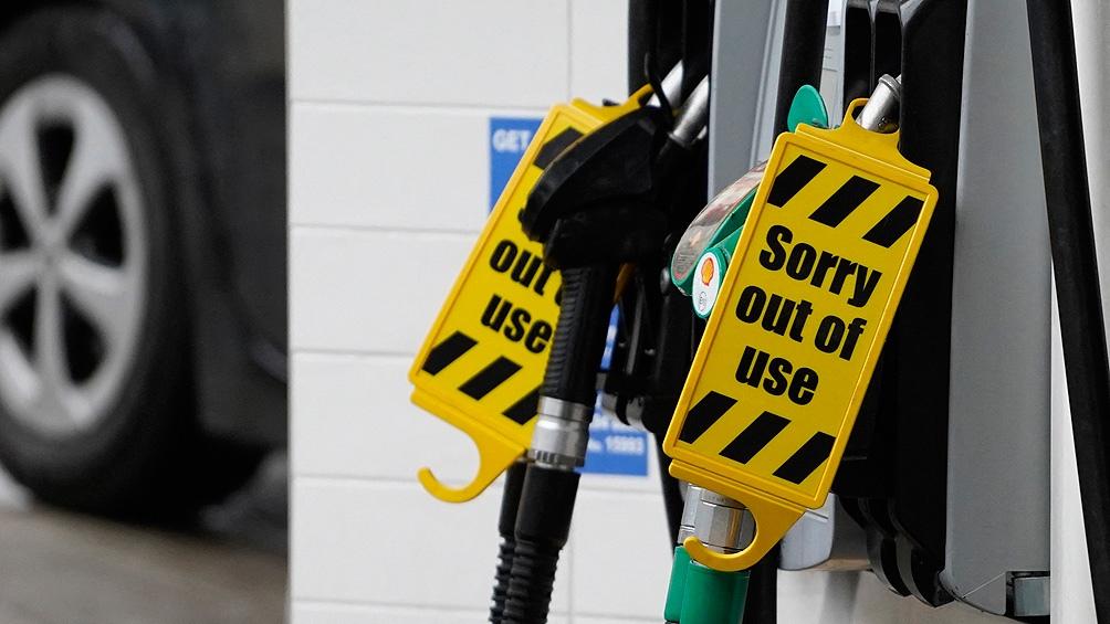 El Ejército británico comenzó a repartir combustible en las estaciones de servicio