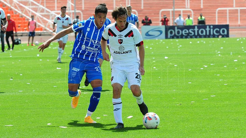 Bittolo lleva la pelota, Lomónaco se la disputa. (Foto: Alfredo Ponce)