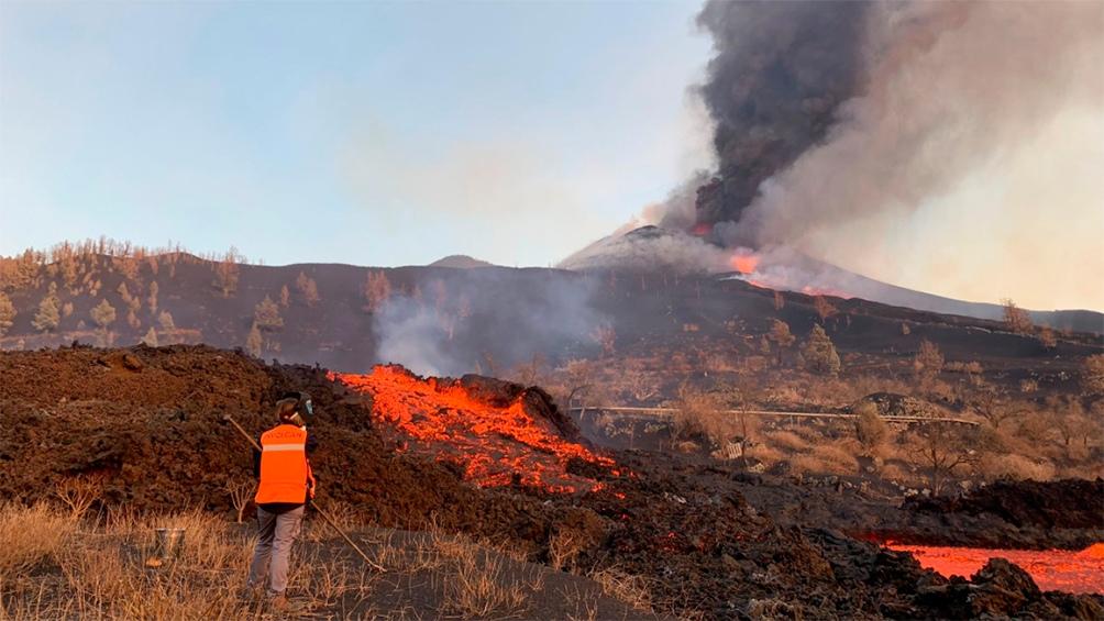 Más allá de la línea de costa, alcanzada el martes por la noche, la lava ya sacó 27,7 hectáreas de superficie del mar. Foto: Captura TW @Involcan 565