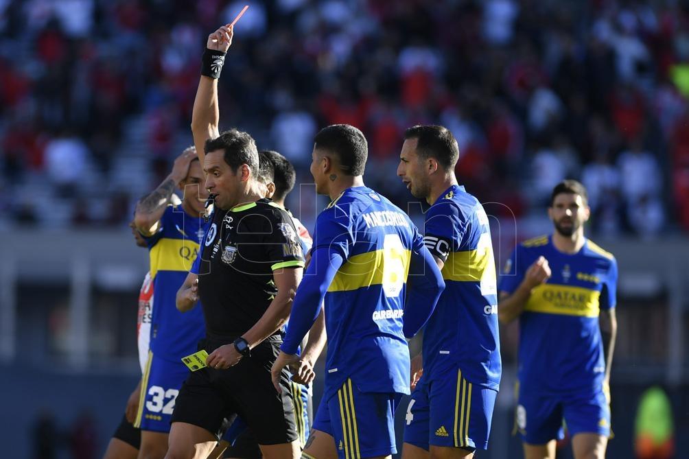 El momento donde Marcos Rojo deja la cancha por la expulsión por doble amarilla. Foto: Alejandro Santa Cruz