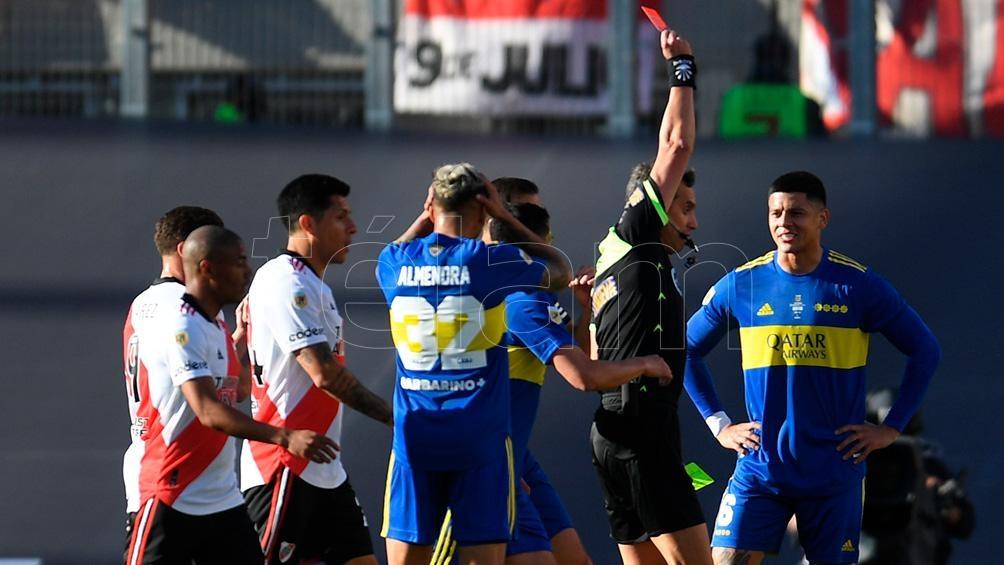 Rojo se va expulsado por Rapallini en el superclásico.