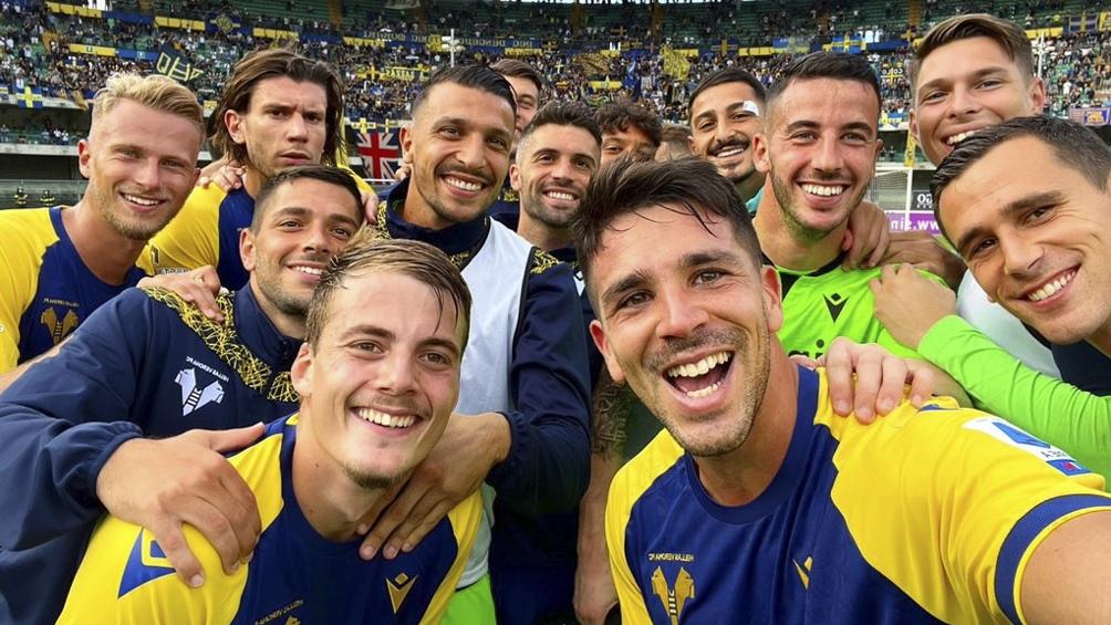 Giovanni Simeone festeja con sus compañeros la goleada de Hellas Verona (twitter Hellas Verona).