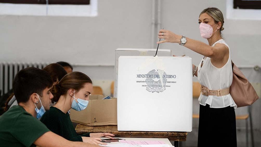 Según las primeras encuestas a boca de urna, se impuso la centroizquierda en las principales ciudades del país (Foto: AFP)
