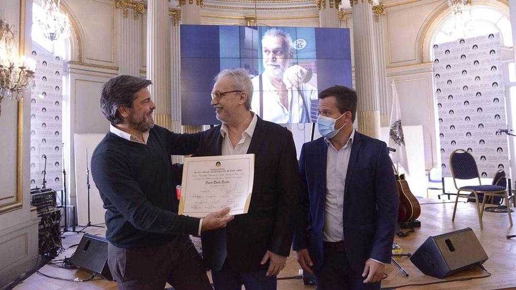 Los legisladores porteños Matías López y Agustín Forchieri, del bloque Vamos Juntos entregan el diploma a Lebón.