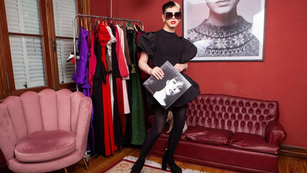 """Artemis lleva todo su irreverencia a """"Bendita Moda"""", lo nuevo de E! Online Latino."""