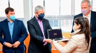 Perczyk y Ferraresi entregaron netbooks del Conectar Igualdad