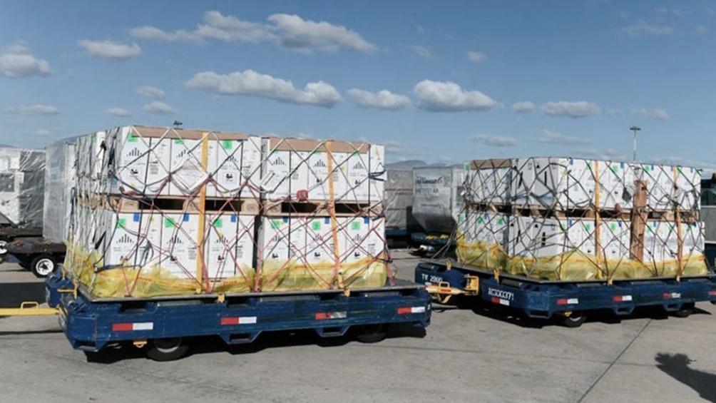 Las nuevas dosis, que llegaron minutos antes de las 10 al aeropuerto internacional de Ezeiza en el vuelo AA931 de la línea aérea American Airlines, se suman a otro cargamento de 848.250 Pfizer que llegaron este miércoles.