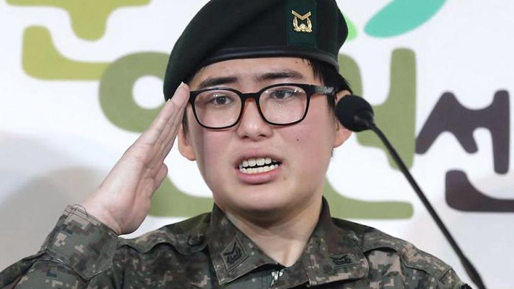 Byun Hee-soo en el momento de hacer su denuncia por discriminación. Foto: captura Twitter.