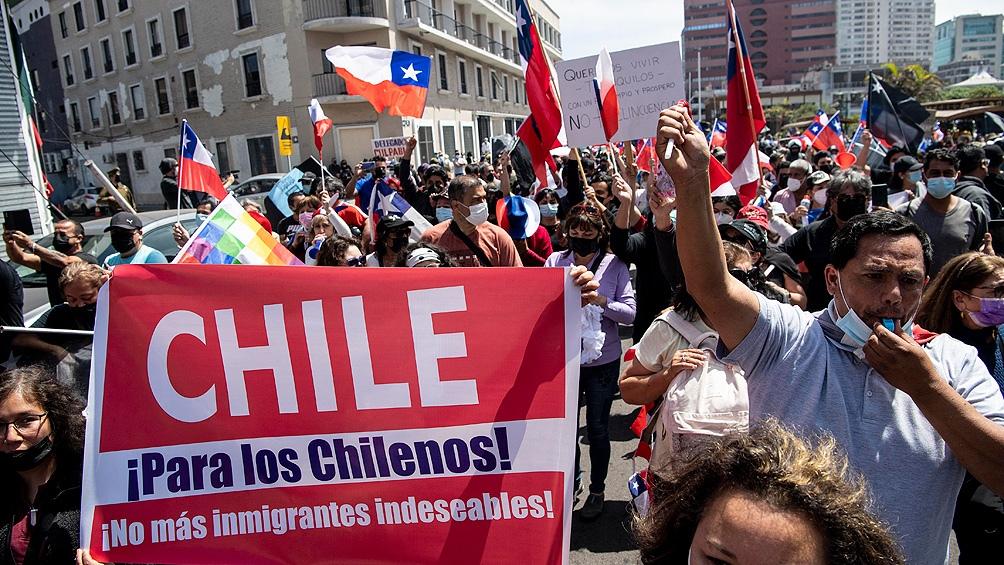Entre febrero y agosto de 2021, el Gobierno chileno expulsó a cientos de inmigrantes en al menos cinco operativos. Foto: AFP