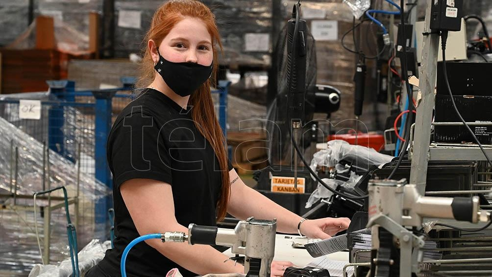 """Aldana Chamorro (24): """"Es mi primer trabajo, entré a los 19 años a la fábrica; estoy cómoda, me desempeño en el sector de embalaje, pruebo, embalo y pongo garantía.""""  Foto: Sebatián Granata"""
