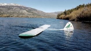 Cayó una avioneta a un lago en Trevelín y sus dos ocupantes resultaron ilesos