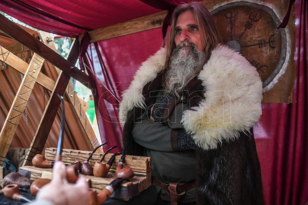 Artesanías y productos que recuerdan al Medioevo están a la orden del día. (Foto: Fernando Gens)
