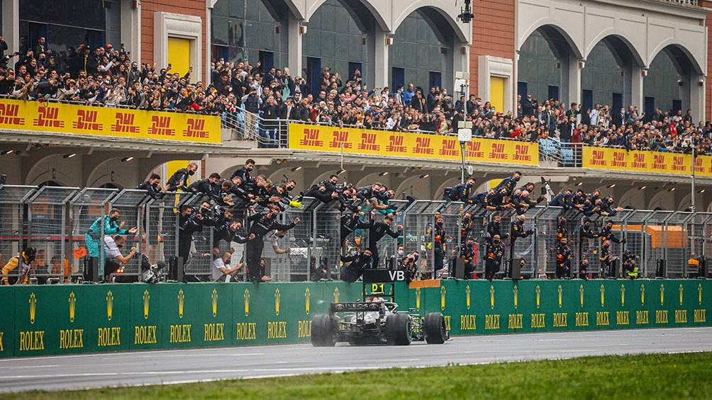 El equipo Mercedes saludando la llegada del finés. (@FIA)