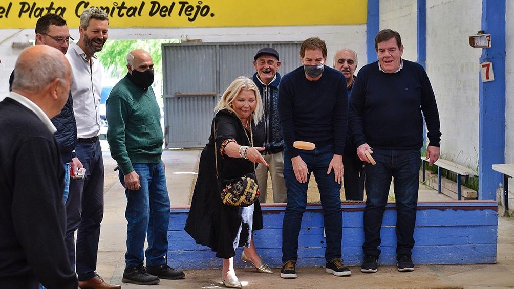 La visita de Santilli y Carrió a Mar del Plata incluyó una partida de tejo en un centro de jubilados.