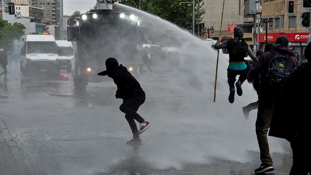 Los manifestantes respondieron con palos y piedras. Foto: AFP.