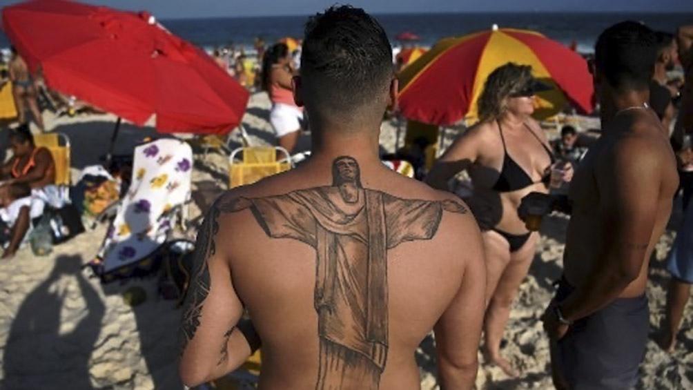 """El amor de los cariocas a su """"ícono"""" se demuestra en todas formas, incluídos ls tatuajes permanentes. Foto AFP."""