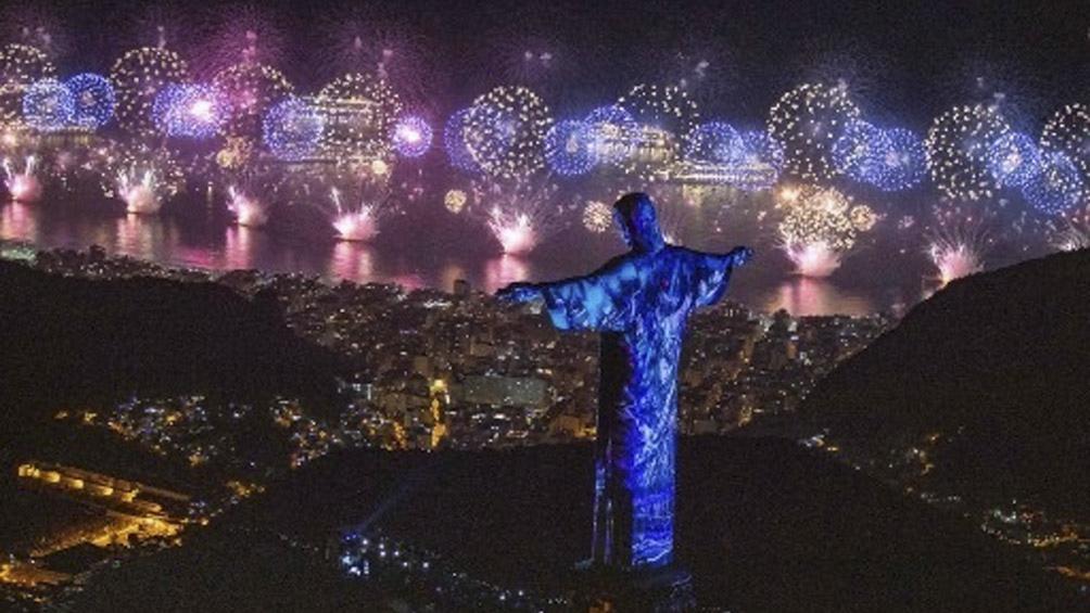 """Emplazado en el Cerro Corcovado, el Cristo """"guarda"""" a la ciudad desde más de 700 metros de altura en un entorno visual inigualable. Foto AFP."""