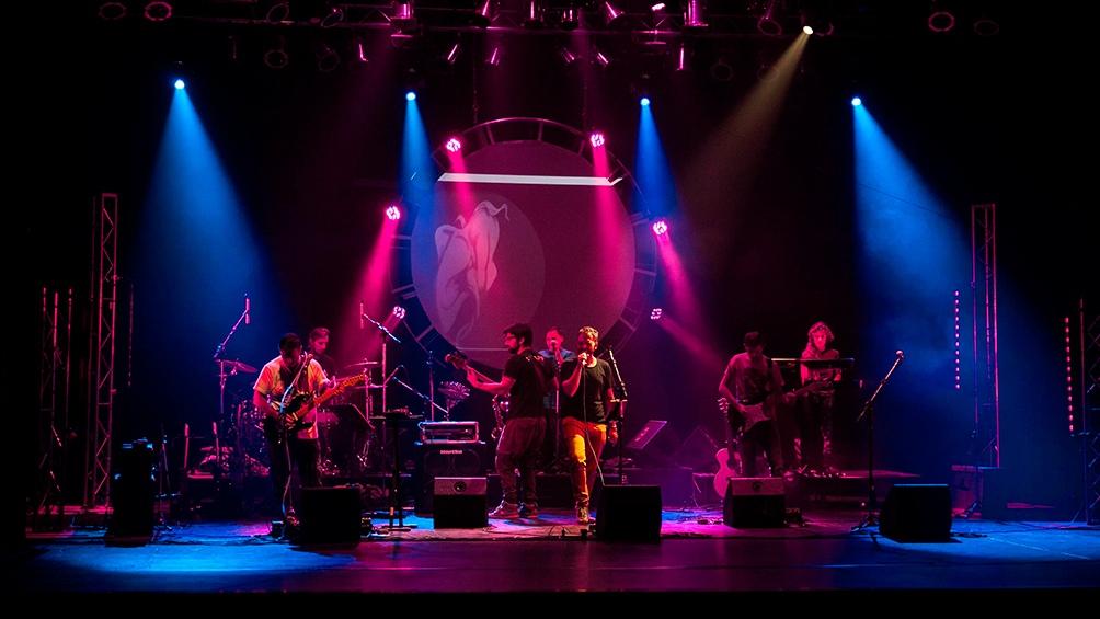 """Diego Martínez al frente de otros ocho músicos, todos """"posidos"""" por Pink Floyd."""