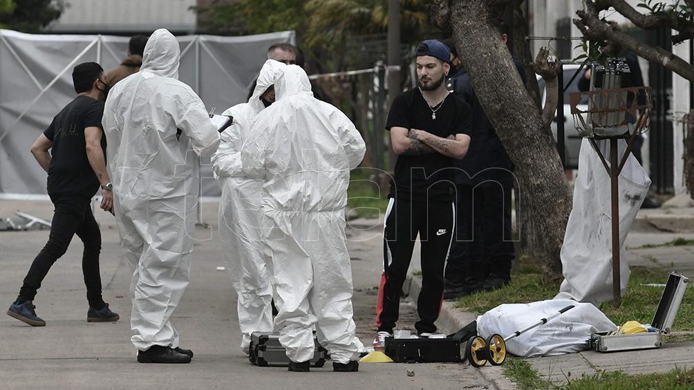 Peritos policiales trabajaron en la escena y lograron localizar en un terreno un cuchillo manchado con sangre. Foto: Paula Ribas