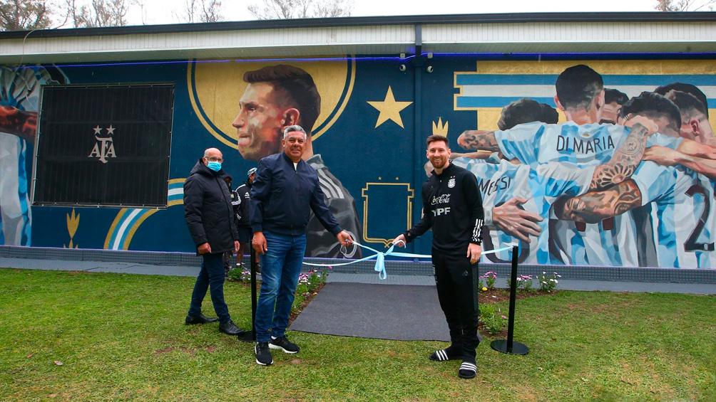 Messi fue parte de la inauguración de un mural en el Predio de AFA
