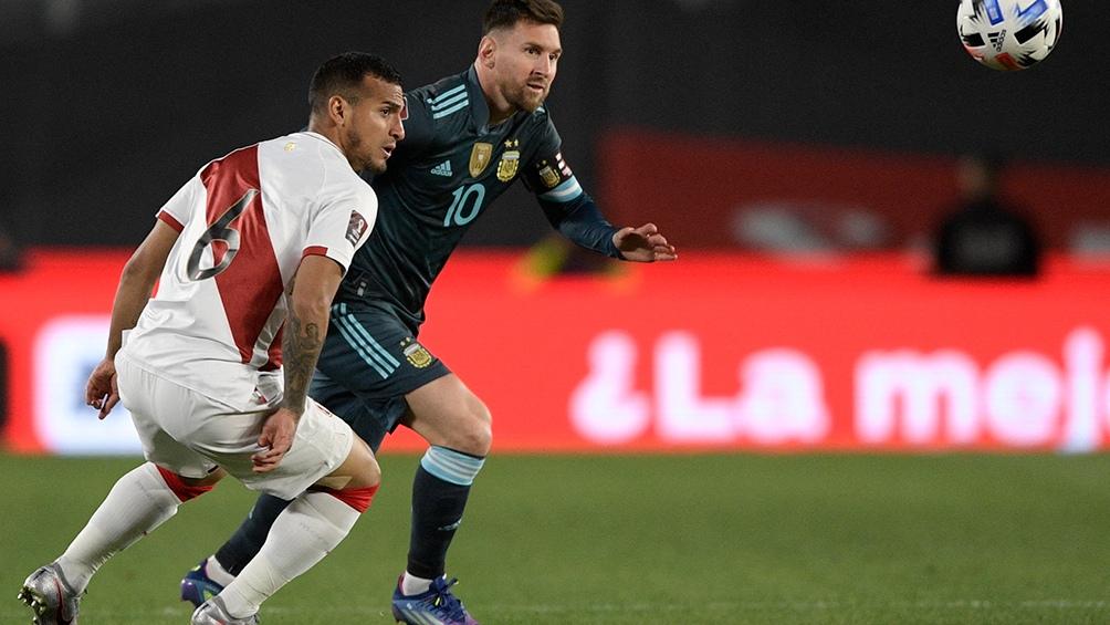 Messi activo en el comienzo del duelo ante PErú, en el Monumental. Foto: AFP
