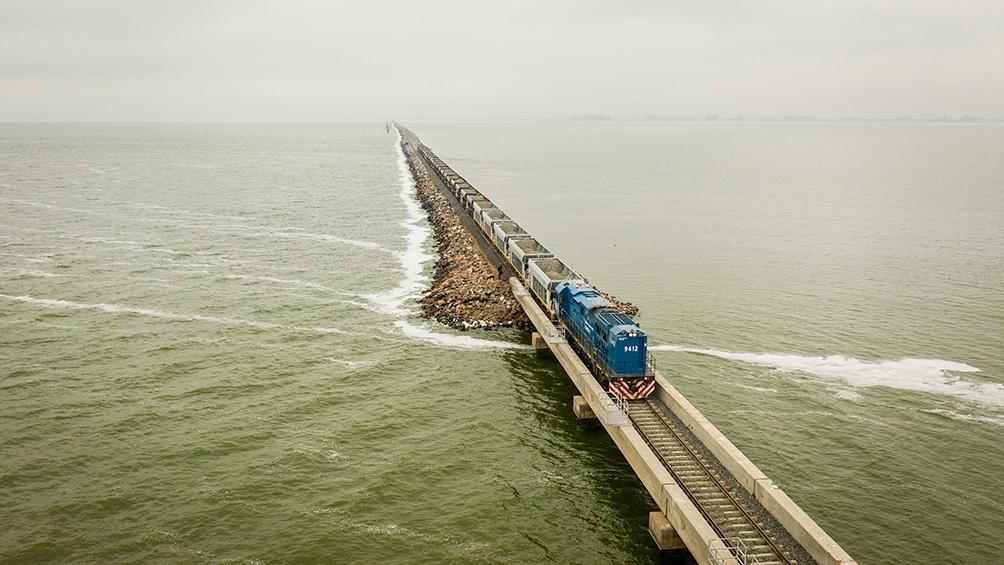 Un tren de pasajeros volvió a circular por el pedraplén de la laguna La Picasa